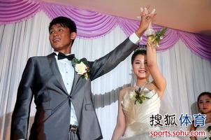 吻玲珑玉足图-此次婚礼上,鲁能中场大将崔鹏出任婚礼的伴郎,另一名伴郎则是吕征