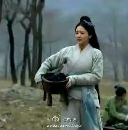 【《楚汉传奇》美女抱大鼎去洗衣服