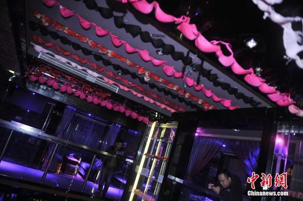 重庆现私房餐厅情趣墙上挂满女性内衣花照主题情趣军图片