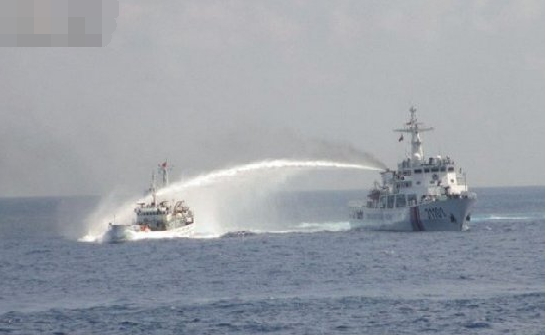 菲渔民黄岩岛挥砍刀攻击中国公务人员 中方还击