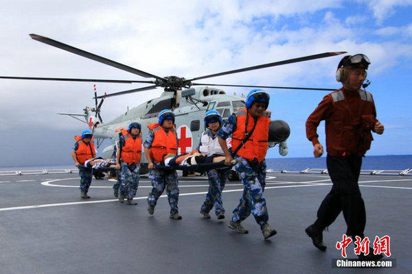 和平方舟号赴环太军演途中紧急演练 舰机升空