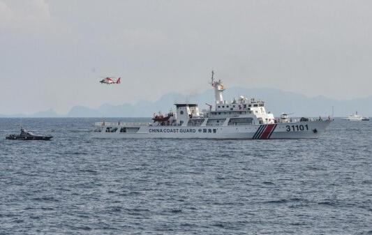 中国海警船载火炮巡航钓鱼岛海域 日方喊话