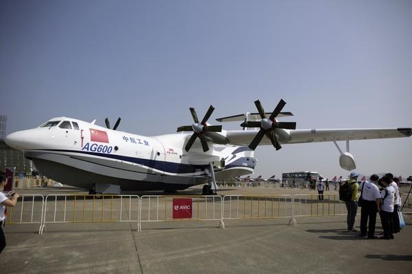 日本将领参观中国AG600 表情耐人寻味
