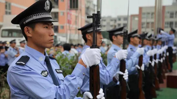 深圳警察试穿新警服_警察帽子的折法大全_新警察法