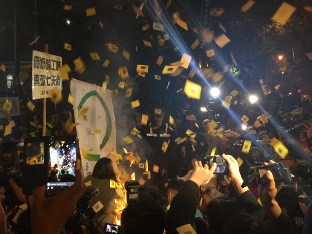 台当局正式砍掉7天假 国民党代表遭掐脖