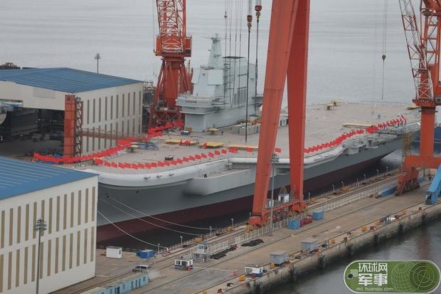 此时,中国首艘国产航母开始挂旗了!