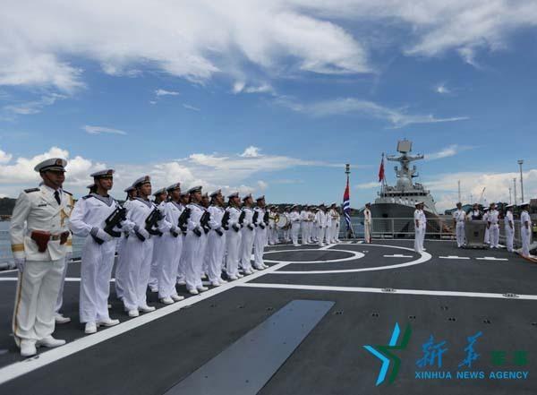 中国海军编队抵达菲律宾 苗华政委到码头迎接