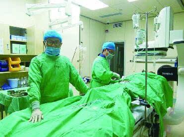 心脏介入医生穿铅衣上手术台 衣服都能拧出水