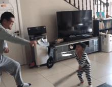 """当一个两岁男孩没法出门,每天亲爸带娃的运动量是很""""恐怖""""的!"""