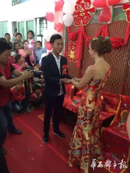 泸州市古蔺县东新乡的小伙杨滩和他的英国妻子朱迪图片