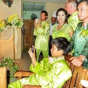马来人婚礼穿绿衣送绿红包,用现金做胸花,却赞中国经济第一