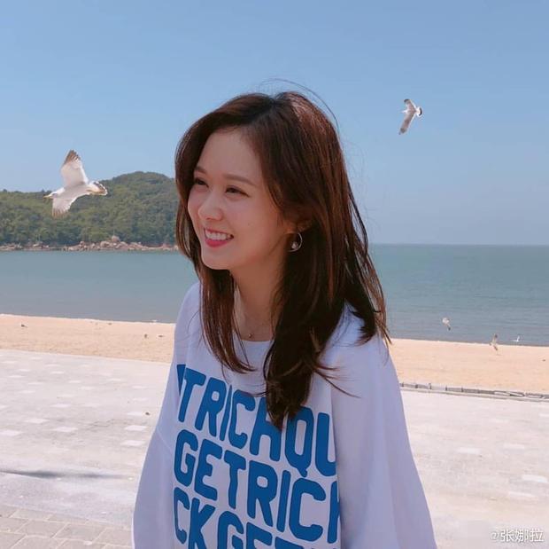 搜狐娱乐讯 6月13日下午,张娜拉晒出与好友在海滩游玩美照。38岁的张娜拉皮肤白嫩,长发飘飘,笑容甜美,少女感十足。