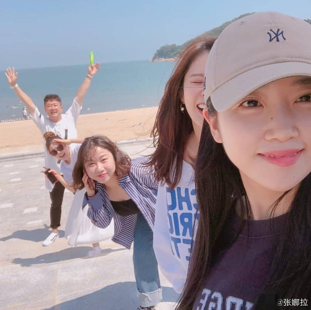 张娜拉与好友海边放飞自我。