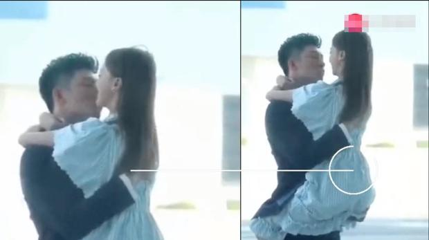 搜狐娱乐讯 8月14日,有网友曝光了一条吴谨言和黄景瑜拍摄吻戏的视频。视频中两人抱在一起亲密拥吻,cp感十足。