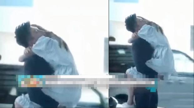 吴谨言身穿蓝色连衣裙,见到黄景瑜后,一下子就跳到了他的身上,两人下一秒便拥吻了起来,动作十分亲密,让人看了都觉得脸红心跳,但更多的是被两人给甜到了。