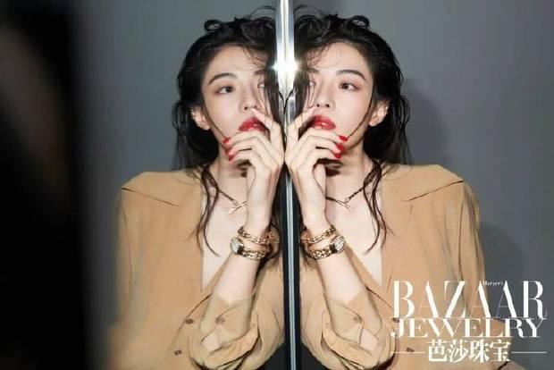 搜狐娱乐讯 近日,钟楚曦的一组杂志写真公开。