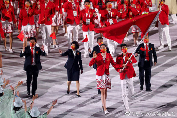 北京时间7月23日,2020东京奥运会开幕式,中国代表团入场,中国体育代表团的旗手是中国女排队长朱婷和中国跆拳道奥运冠军赵帅。东京奥运会中国奥运代表团总人数为777人,其中运动员431人,包括女运动员298人、男运动员133人,将参加30个大项,225个小项。东京奥运会是中国奥运代表团境外参赛规模最大的一届奥运会。