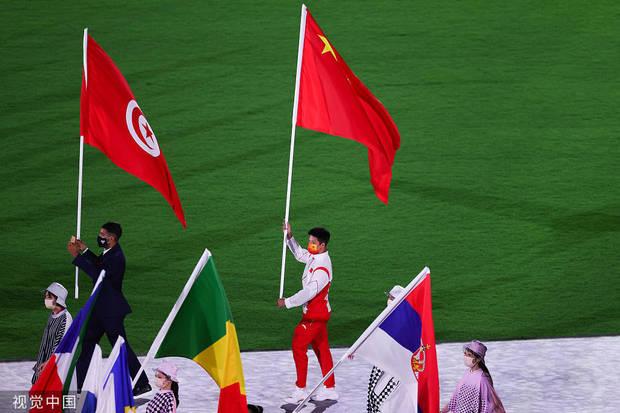 2021年8月8日,日本,2020东京奥运会闭幕式举行,各国代表团旗手高举国旗入场。