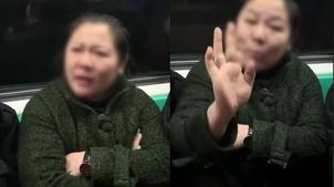 神吐槽:地铁座霸一人占三座,大姐:我属螃蟹的!
