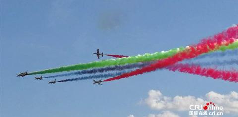 印度航展两飞机相撞 断翼后安全着陆