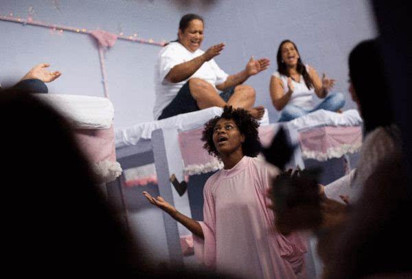 最漂亮的监狱 巴西女囚装饰牢房迎圣诞图片