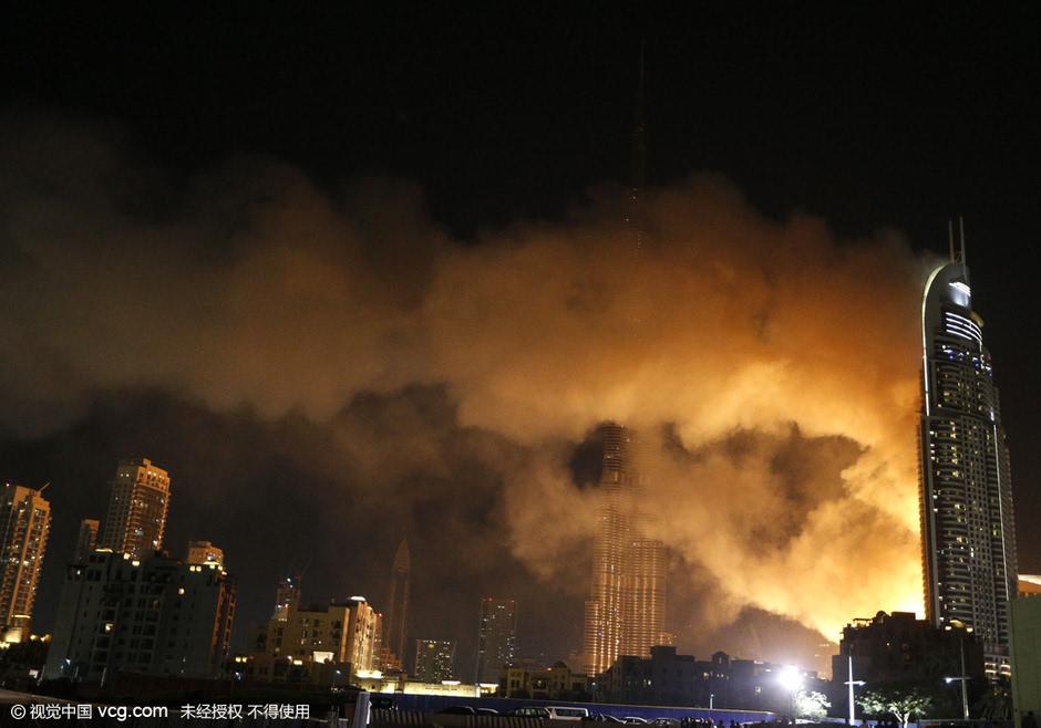 火灾后,哈利法塔的新年跨年焰火表演按计划进行.