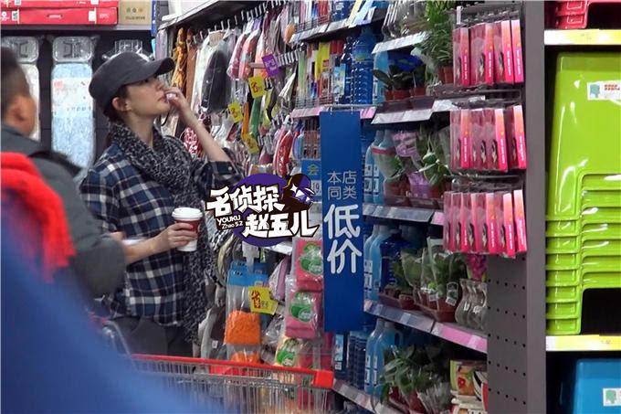 神仙姐姐也吃辣条?刘亦菲素颜逛超市