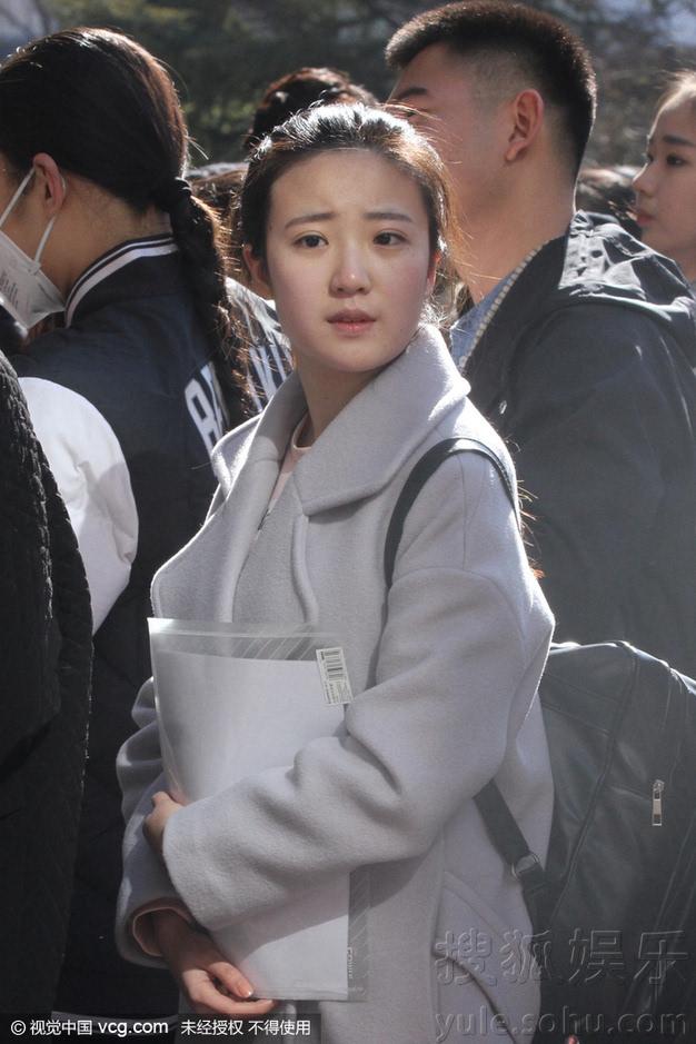 关晓彤参加北影艺考 素颜现身被狂拍