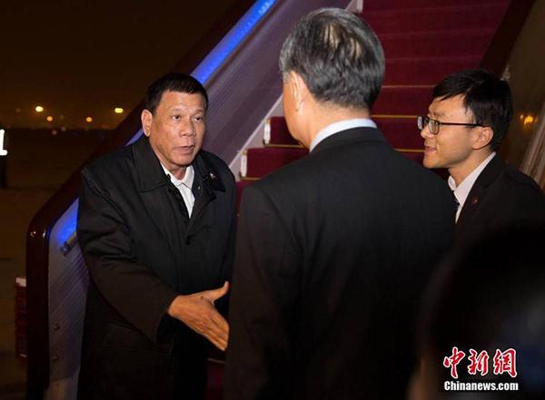 菲律宾总统18日晚抵达北京 王毅亲自赴机场迎接