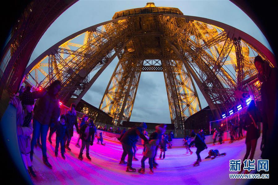 埃菲尔铁塔圣诞冰场 游人享受滑冰乐趣