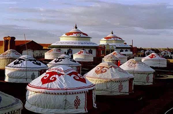 蒙古包以哈那的多少区分大小,通常分为4个、6个、8个、10个和12个哈那.12个哈那的蒙古包,在草原是罕见的,面积可达600多平方米,远看如同一座城堡.过去几十个如此大的蒙古包聚在一起,十分壮观。 蒙古包内布局