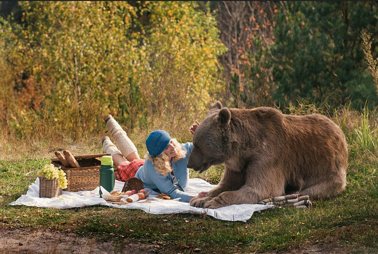 名模萌娃与熊野餐亲密如好友