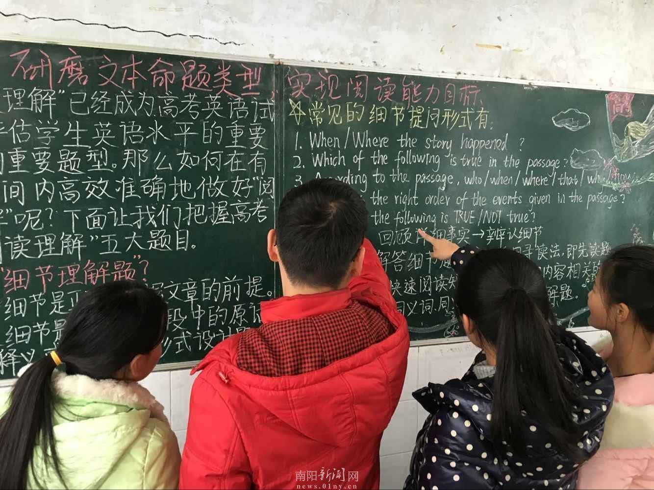 学生在阅读黑板报学习园地图片