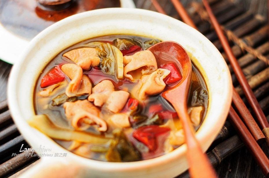 砂锅酸�9ॹ�y�h_砂锅酸汤肥肠 冬天里惹味的酸辣汤菜