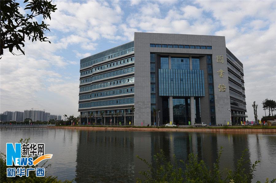 11月28日,广西玉林最大的图书馆—玉林师范学院新图书馆的外景.