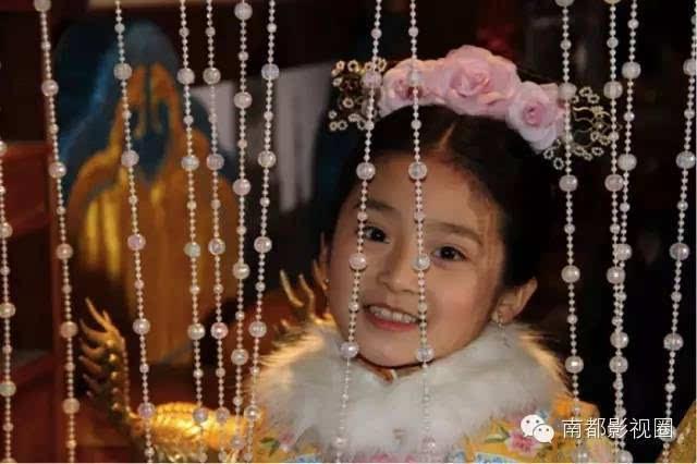 同年,蒋依依参演电影《宫锁沉香》,饰演幼年琉璃,一水机灵劲儿.