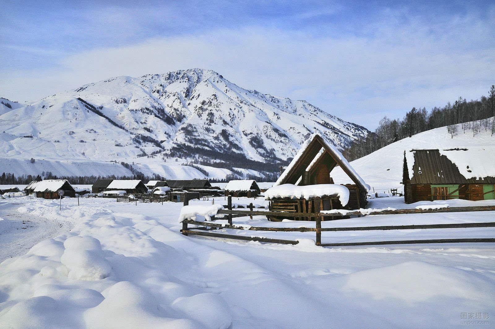 黑灰色木屋形成鲜明对比,堆雪人,打雪仗,拍雪景……这就是冬天的禾木