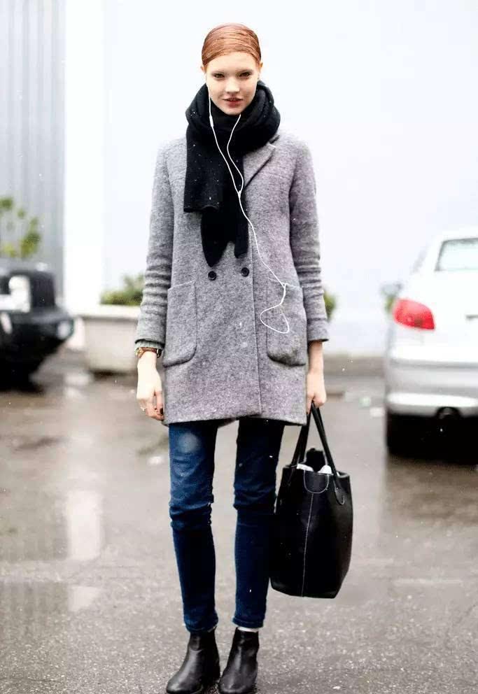灰色双排扣大衣 紧身牛仔裤 围巾 切尔西靴