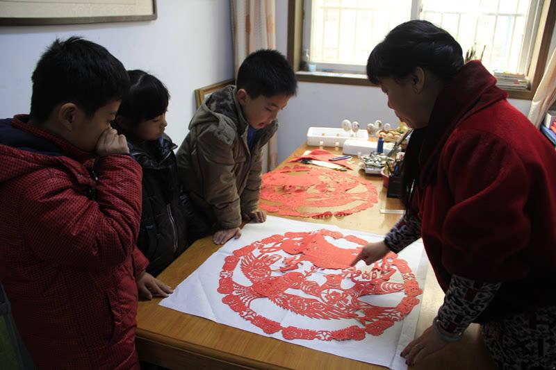 剪纸作品《中国梦我的梦》增强孩子们的爱国热情.