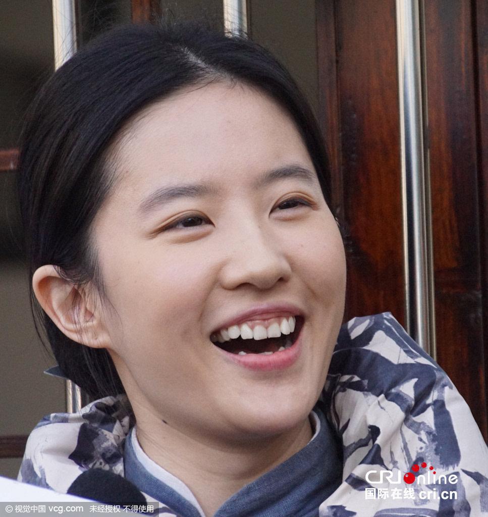 刘亦菲扮村姑笑露牙床 仙女豪放笑容也美绝了