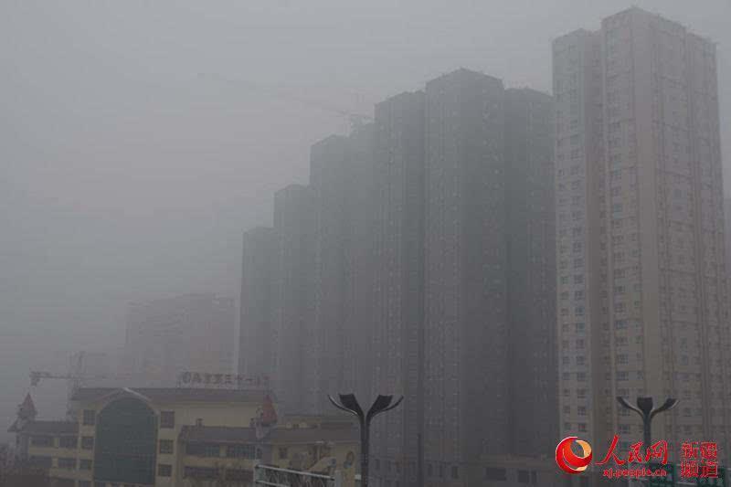 摘要:(韩婷 李晓啸)12月4日,新疆乌鲁木齐市中心城区被雾霾所笼罩