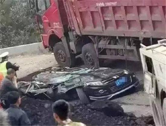 《极速时时彩玩法》_广东阳春车祸:货车突翻压砸商务车致8死1重伤