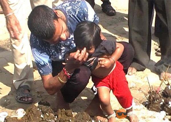 惊 印度人让孩子用牛粪洗澡图片