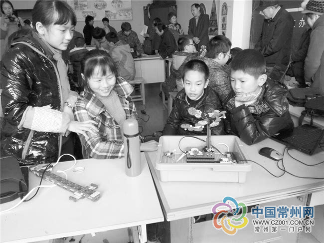 孩子们利用直流减速电机,连接线,发光二极管,光敏传感器,信号终端等