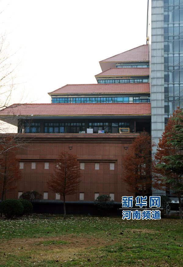 郑州大学现奇葩建筑:一半中式一半欧式
