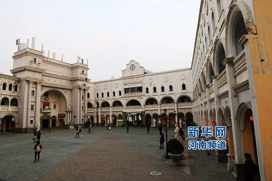 郑州大学现奇葩建筑:一半中式一半欧式图片