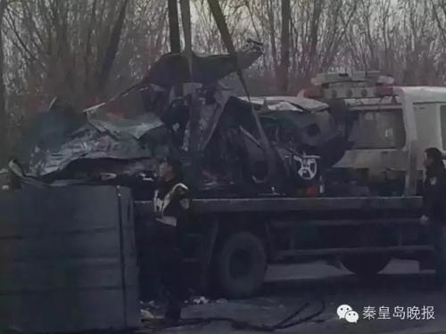 秦皇岛发生惨烈车祸 小轿车被砸扁司机当场身亡