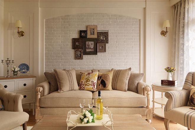 带有岁月印记的黑白照片悬挂沙发背墙,让美好记忆延续家的幸福故事.