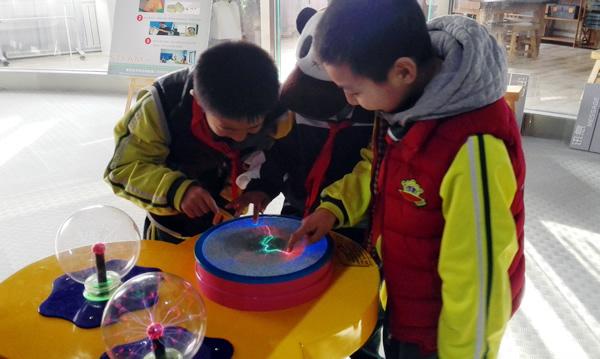 第二小学海宝校区四年级学生走进观湖校区,共同体验了一场魔方智慧课.图片