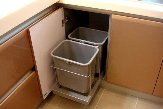 为了让厨房(厨房装修效果图)看起来更为整洁,很多橱柜厂家会把垃圾桶做成隐藏式的,藏在柜子里,一打开柜门就能看到。可是这样的隐藏式垃圾桶要是没盖好的话,柜子里就会充满异味;一到夏天,还会滋生蚊虫,引来蟑螂等;而且因为是放在柜子里的,一个不小心就忘记倒垃圾了。   电器一体柜